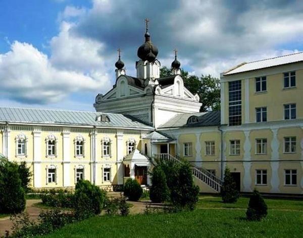 Казанский храм Николо-Угрешского монастыря. Слева примыкает богадельня, справа - братский корпус.