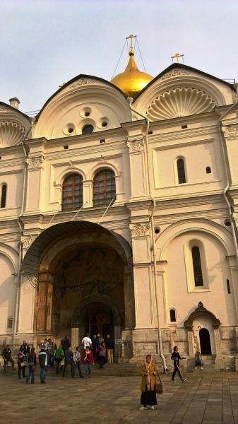 Архангельский собор еще со времен своего основателя - Ивана Калиты был усыпальницей великих московских князей и царей.